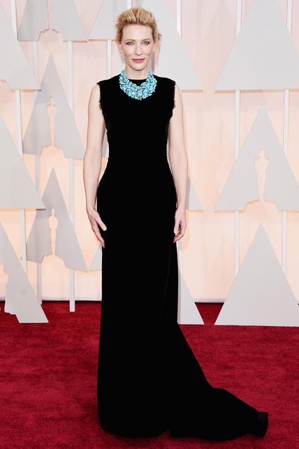 ate Blanchett, vestida por un precioso vestido negro de Margiela by John Galliano y un espectacular collar de turquesas de la firma Tiffany & Co